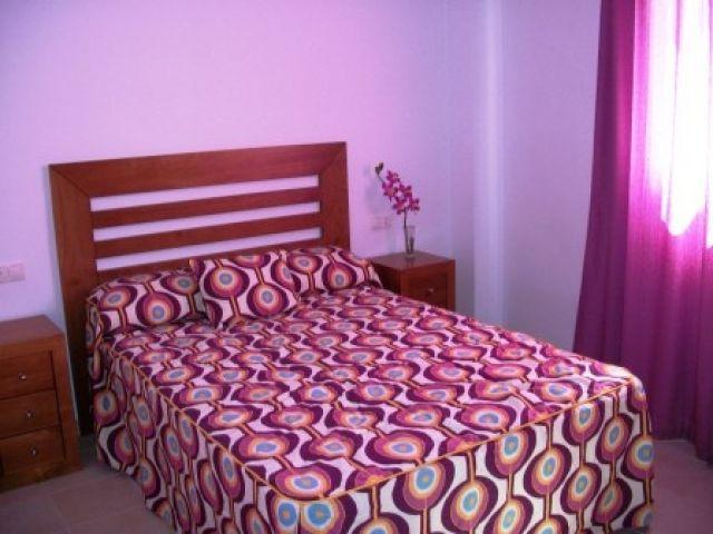 Dormitorio matrimonio con cama de 135cm mas 2 comodas y un gran armario