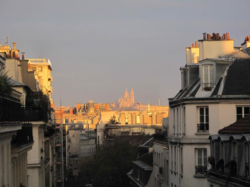 uitzicht vanaf het balkon op de rechterkant, of uitzoomen tot Montmartre en de sacré-coeur kerk