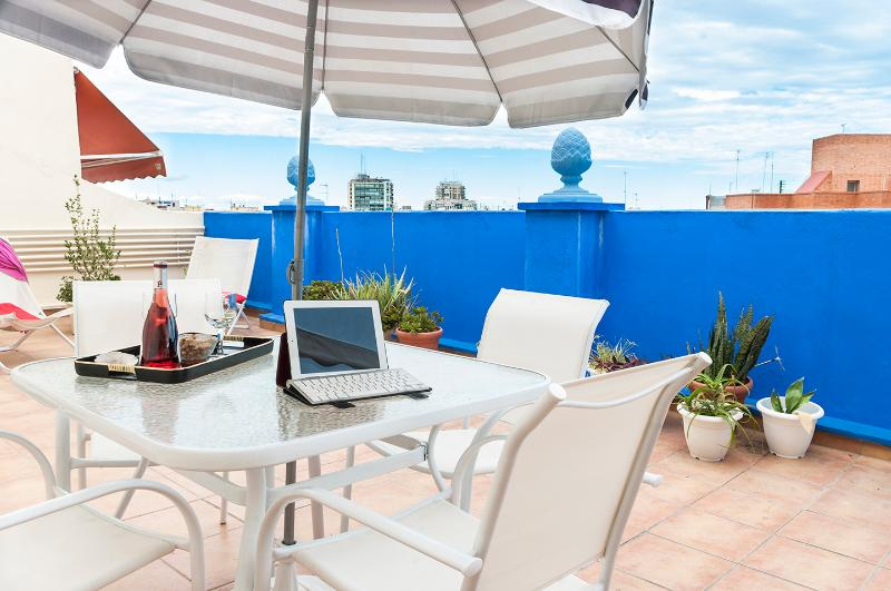 Fantastic top roof apartment  with great terrace. Spacious, well decorated and equiped and wifi.