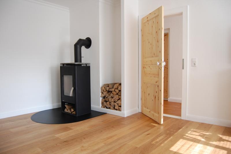 de log-brander in de woonkamer