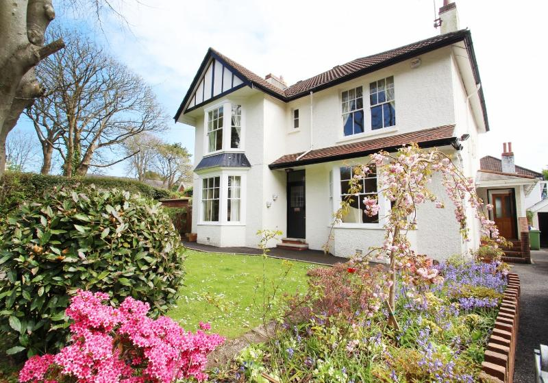 West Mead - family home great for beaches, cliff walks, and many activities., location de vacances à Swansea