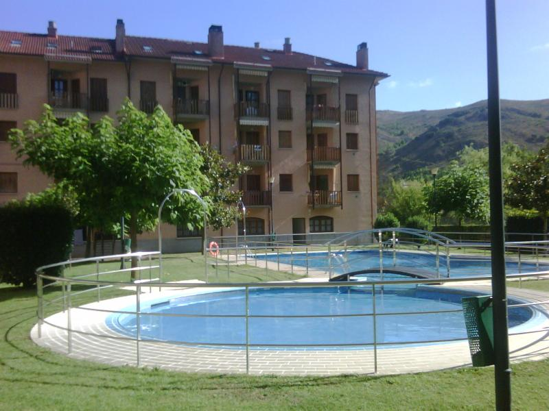 Con piscina y junto al río. Urb. Plantío (Ezcaray), holiday rental in Santo Domingo de la Calzada