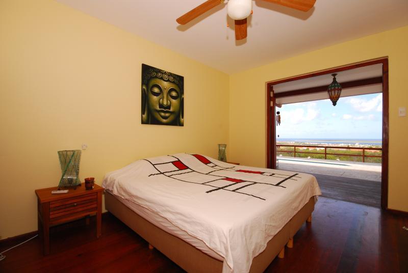 habitación de invitados con vista al mar