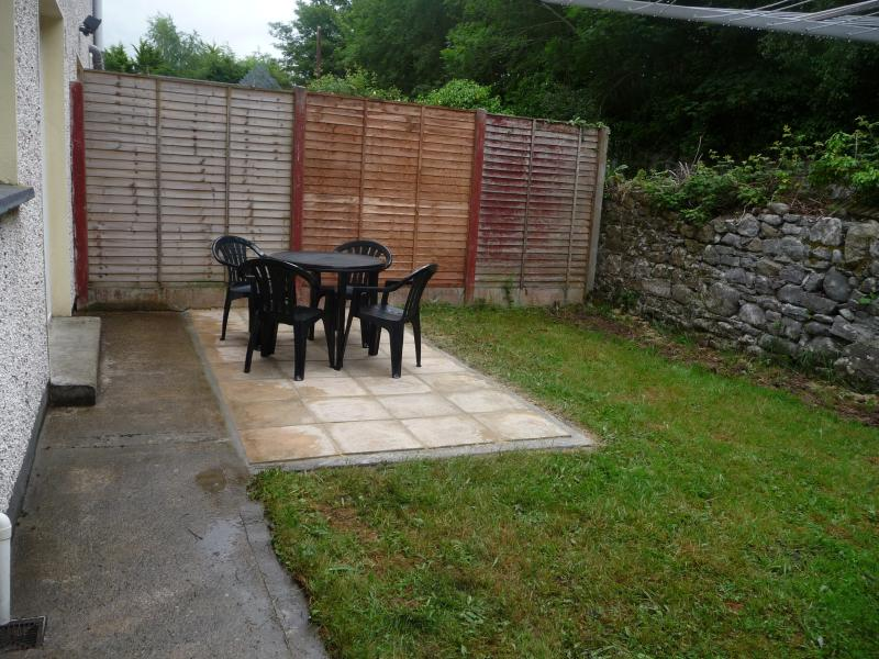 secure private garden with table, chairs and  clothes line
