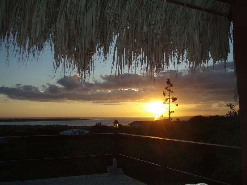 Disfrutar de la hermosa puesta de sol desde su terraza privada y piscina!
