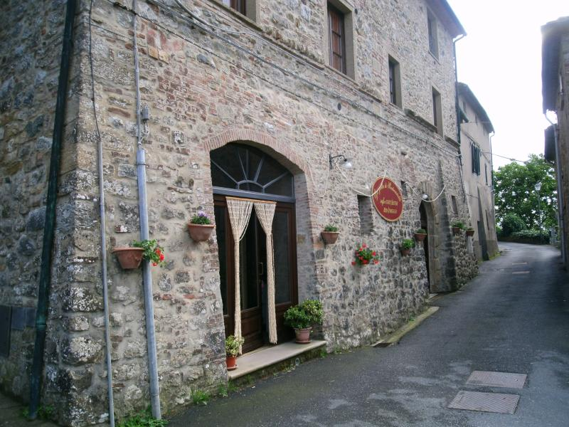 Scorcio della via Bugignana con ingresso principale