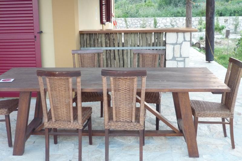 Al Fresco meals on the patio / outdoor entertainment area