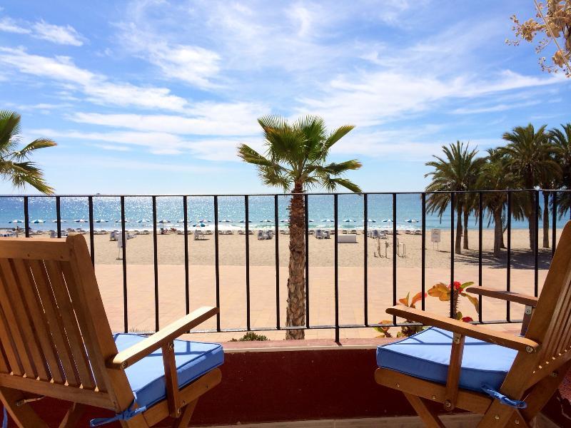 Vistas excelentes a la playa de arena