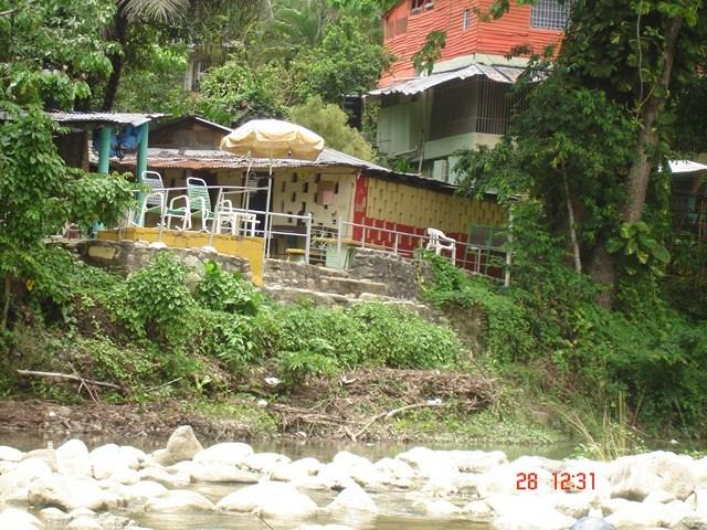 Bar-restaurant sur le site auprès de la rivière!