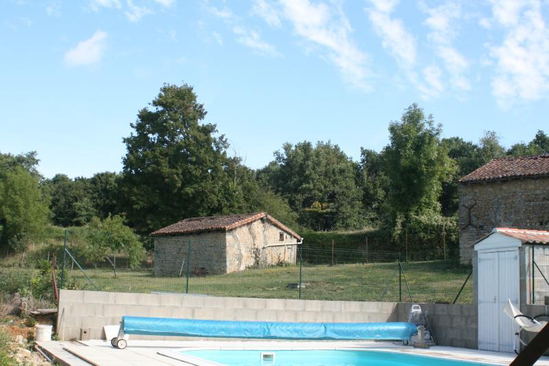 la piscine est en pleine campagne, au bord de la rivière
