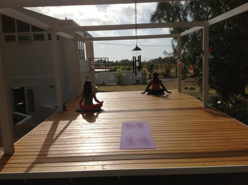 Praktizieren Yoga auf dem Deck