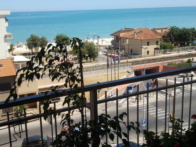 balcón del mar del norte y la estación de tren