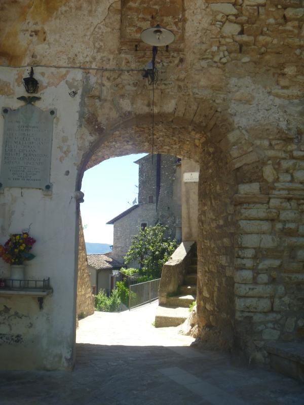Porta di entrata al borgo medievale di Miranda, e in fondo il giardino della casa