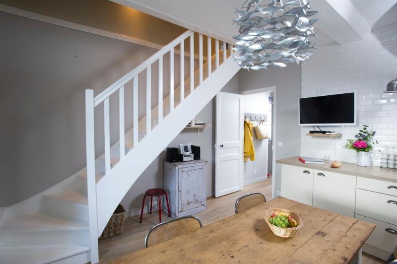 Cuisine et coin repas (1er étage) - Escalier permettant d'accéder aux chambres