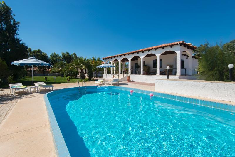 Minas Villa up to 9, vacation rental in Gennadi