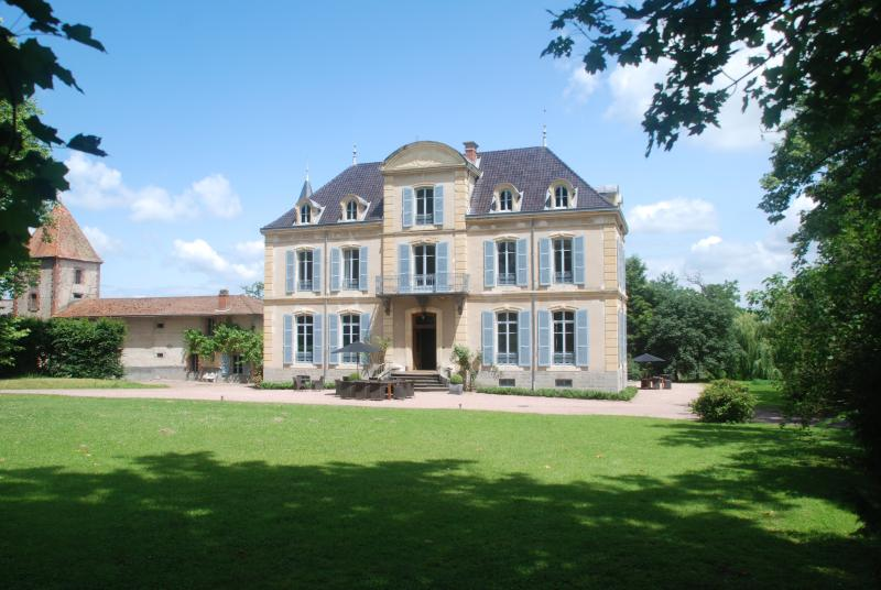 Chateau Les Bardons is set in a nice 20 acre park of grass- and woodland