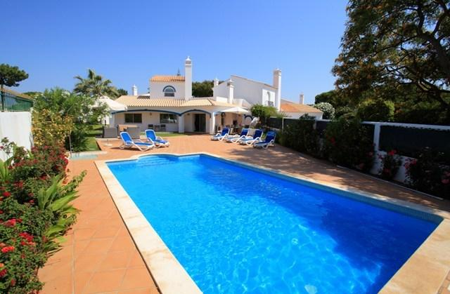 Fabulous villa in popular location. Sleeps 6 people. Large plot gives plenty of outdoor space