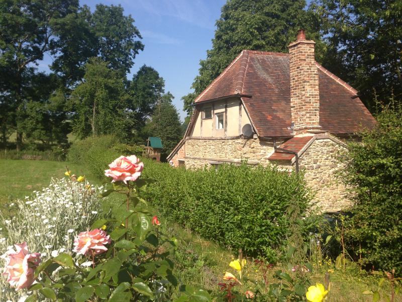 Lovers cottage for romantic breaks with private hot tub and garden