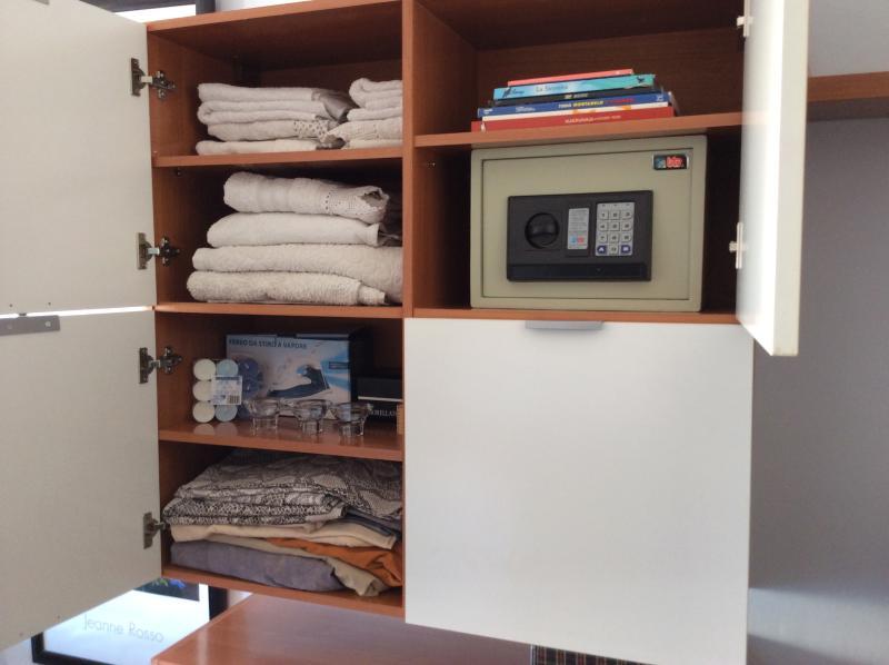 caja de seguridad, toallas y sabanas