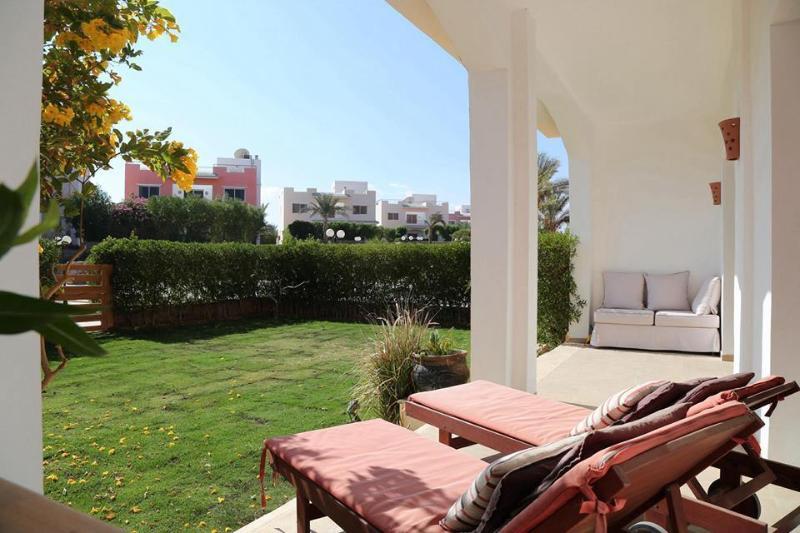 Veranda with 2 private gardens