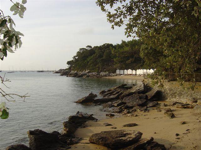 La plage de l'Anse rouge : le charme surrané des plages d'autrefois avec ses cabines