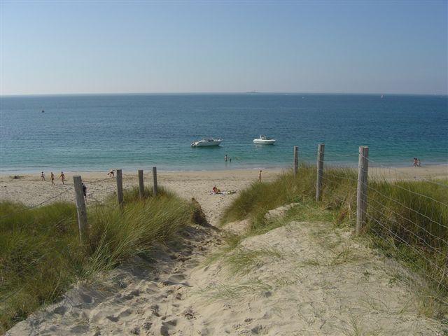 Aan de kant van de Atlantische Oceaan, in twee stappen met de fiets, een prachtig strand. Sandy kilmetes