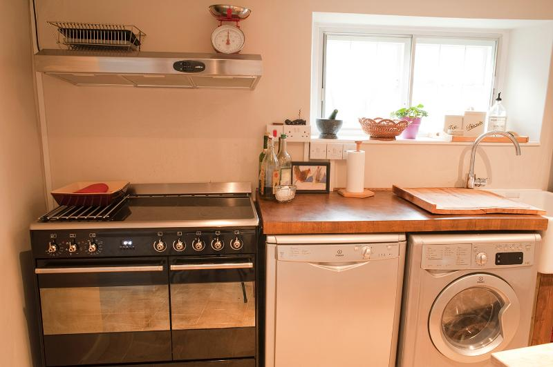 Kitchen (smeg range cooker, dishwasher & washer dryer)