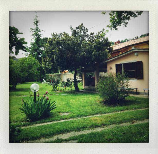 Veduta di Casa La Ghianda immersa nel verde del giardino