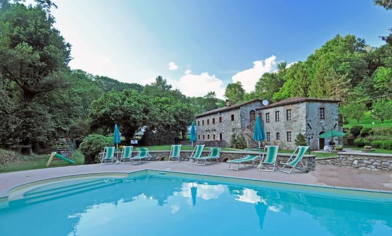Questa immagine ritrae l'intera struttura con vista dalla piscina