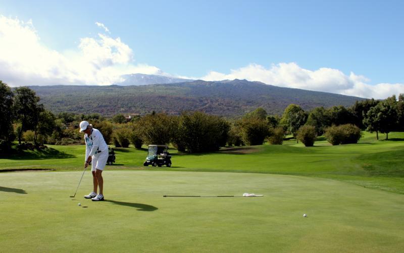 18 hole golf course a short drive away