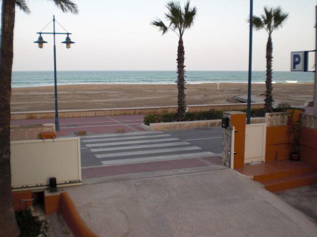 Vista al exterior con puerta de entrada, Avda. Papa Luna, paseo entre avenida y playa, playa y mar.