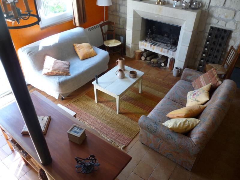 Le salon chaleureux et sa cheminée
