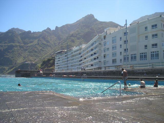 Fachada apartamentos y una de las piscinas naturales