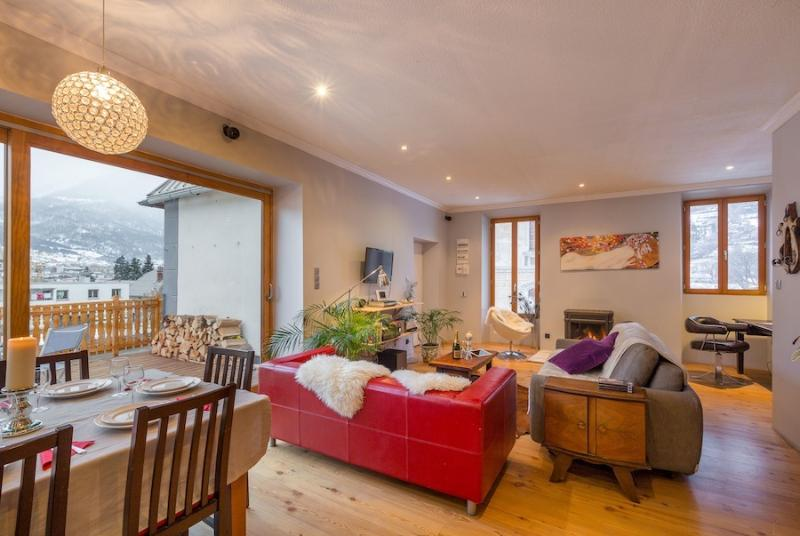 Large and light open plan space with living and dining - perfect for 6-8.
