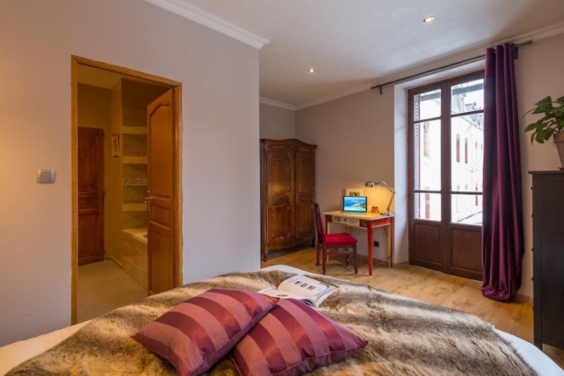 Double en-suite bedroom with big double bed and professional ergo mattress - ensuite.