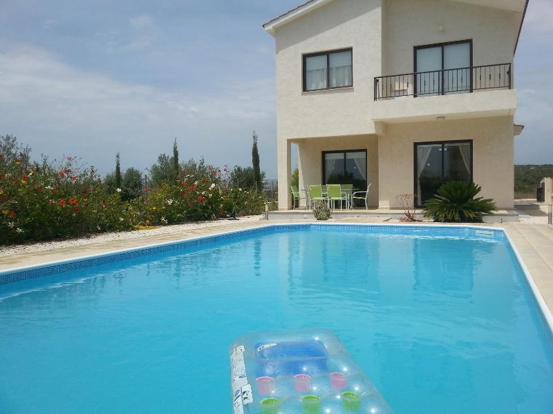 Villa Lignea - Car Included!, alquiler vacacional en Pafos