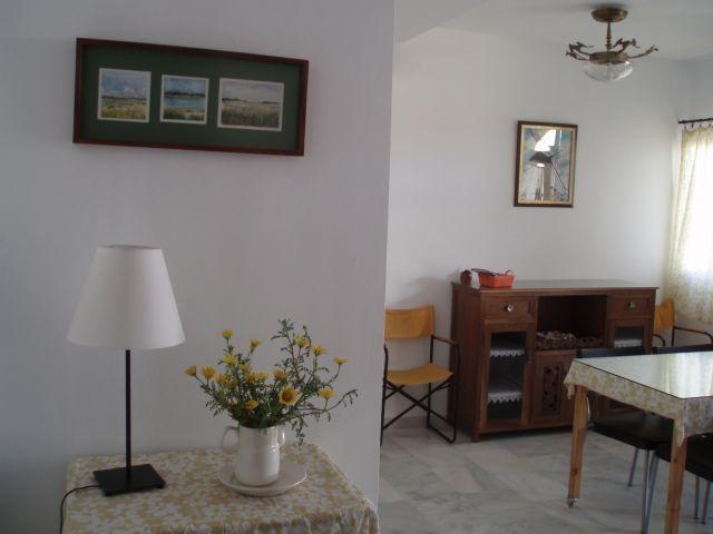 Salón con buenas vistas a un tranquilo jardín interior