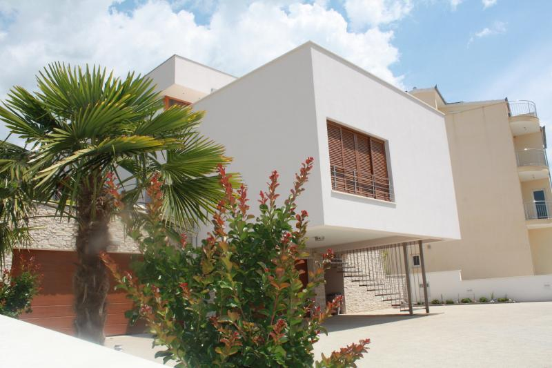 Apartment Lusajo, vacation rental in Seget Vranjica