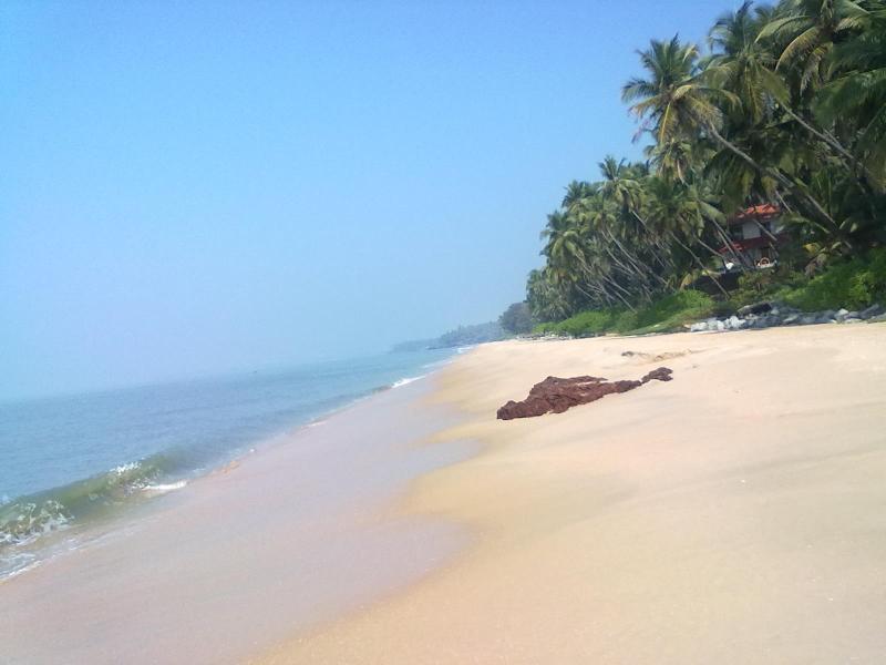 A praia limpa com poucas pessoas mesmo em frente a casa de praia do oceano tons