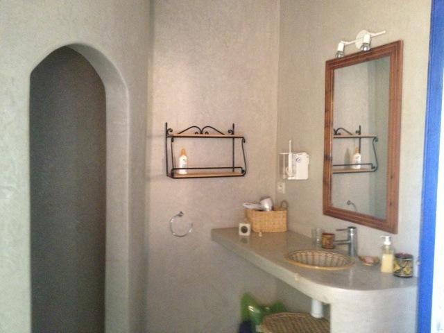 3 salles de bain équipent la maison dont 2 avec WC.