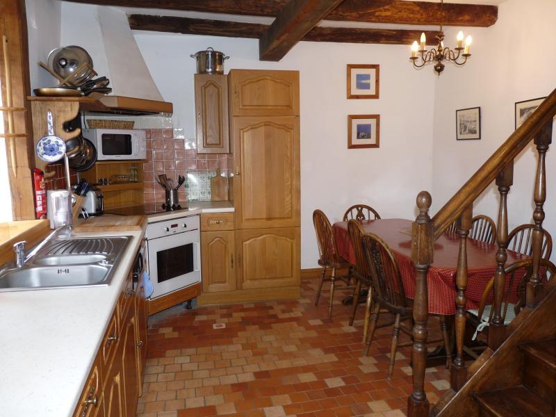 Cuisine et table à manger dans Le Grenier