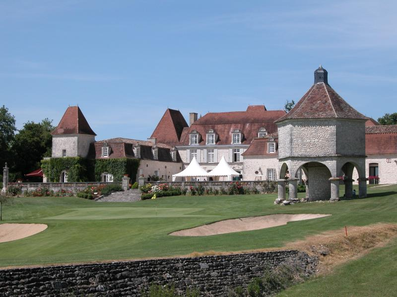 Château des Vigiers, a short drive for golf and fine dining.