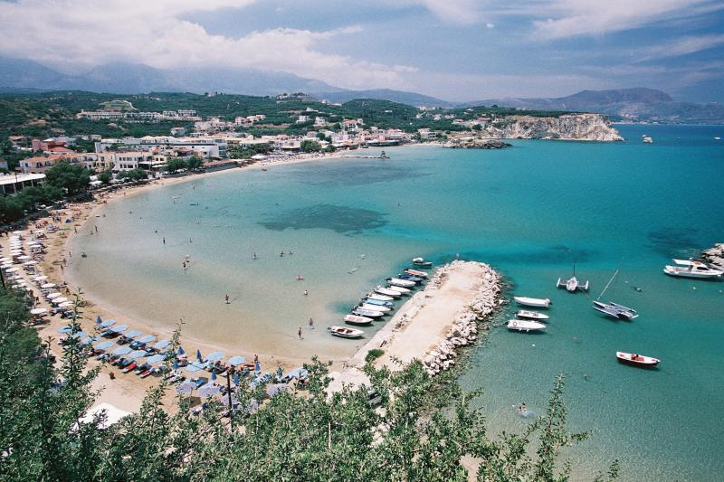 Vista da colina Almyrida Beach