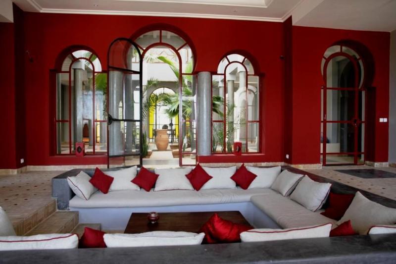 Salon avec cheminée / Living-room with fireplace / Salón con chimenea