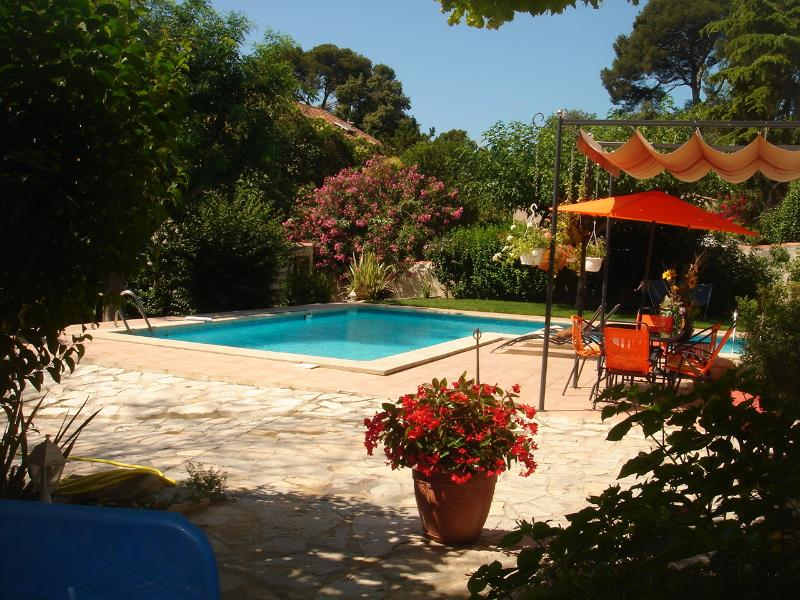 VILLA de CHARME, grande piscine privée  ,jardin,calme,confort,détente .RARE ., alquiler vacacional en Marsella