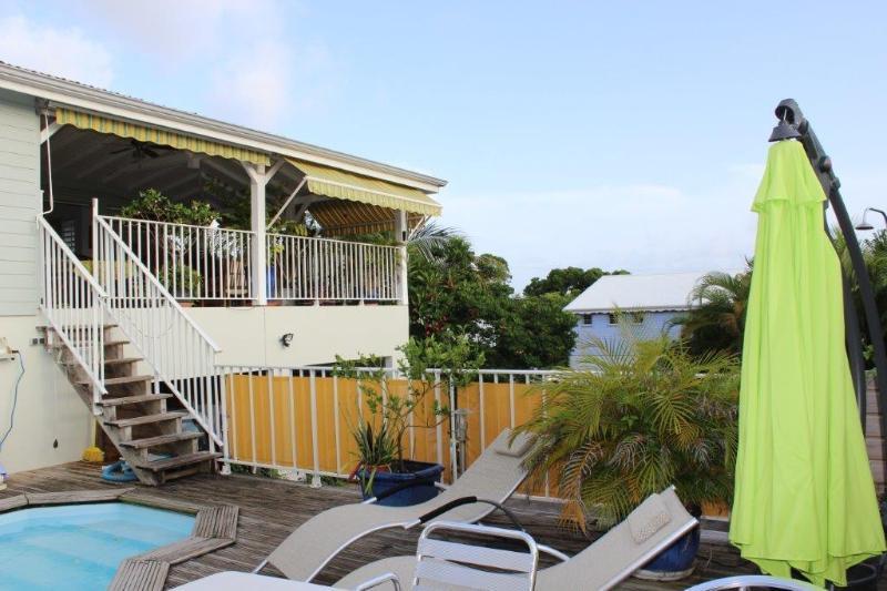 vue de la maison de la piscine (partie salon terrasse de 100m2 )