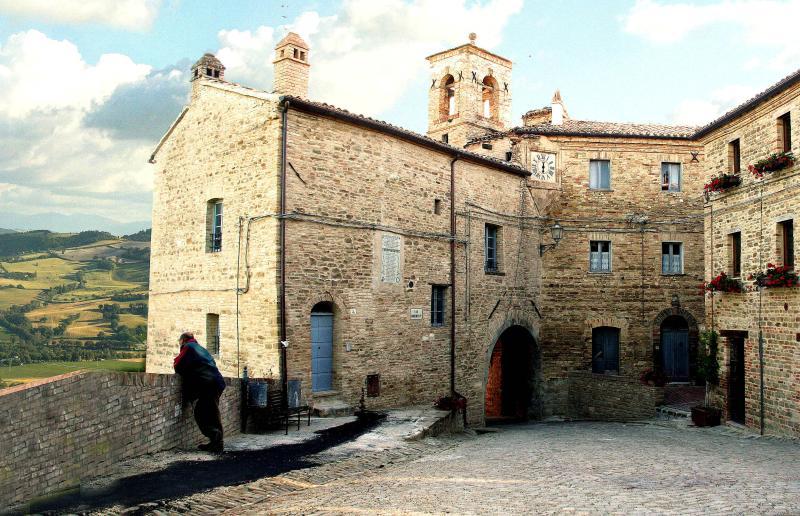 Castle Montalfoglio, location de vacances à Fratte Rosa