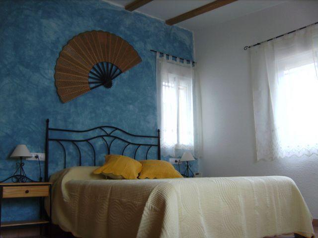 Dormitorio principal con baño, muy amplio con vistas al jardín, luminoso... como toda nuestra casa