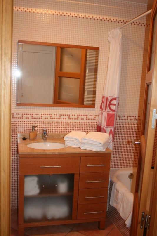 Baño en el dormitorio principal con amplia bañera