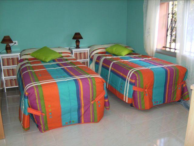 Dormitorio dispone de 3 camas con excelentes vistas a la piscina